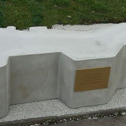 Prefa Brno darovala městu Hodonín ke 100 letům Československa lavičku Republika